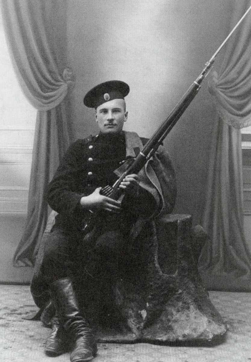1904 russian soldier with mosin nagant rifle