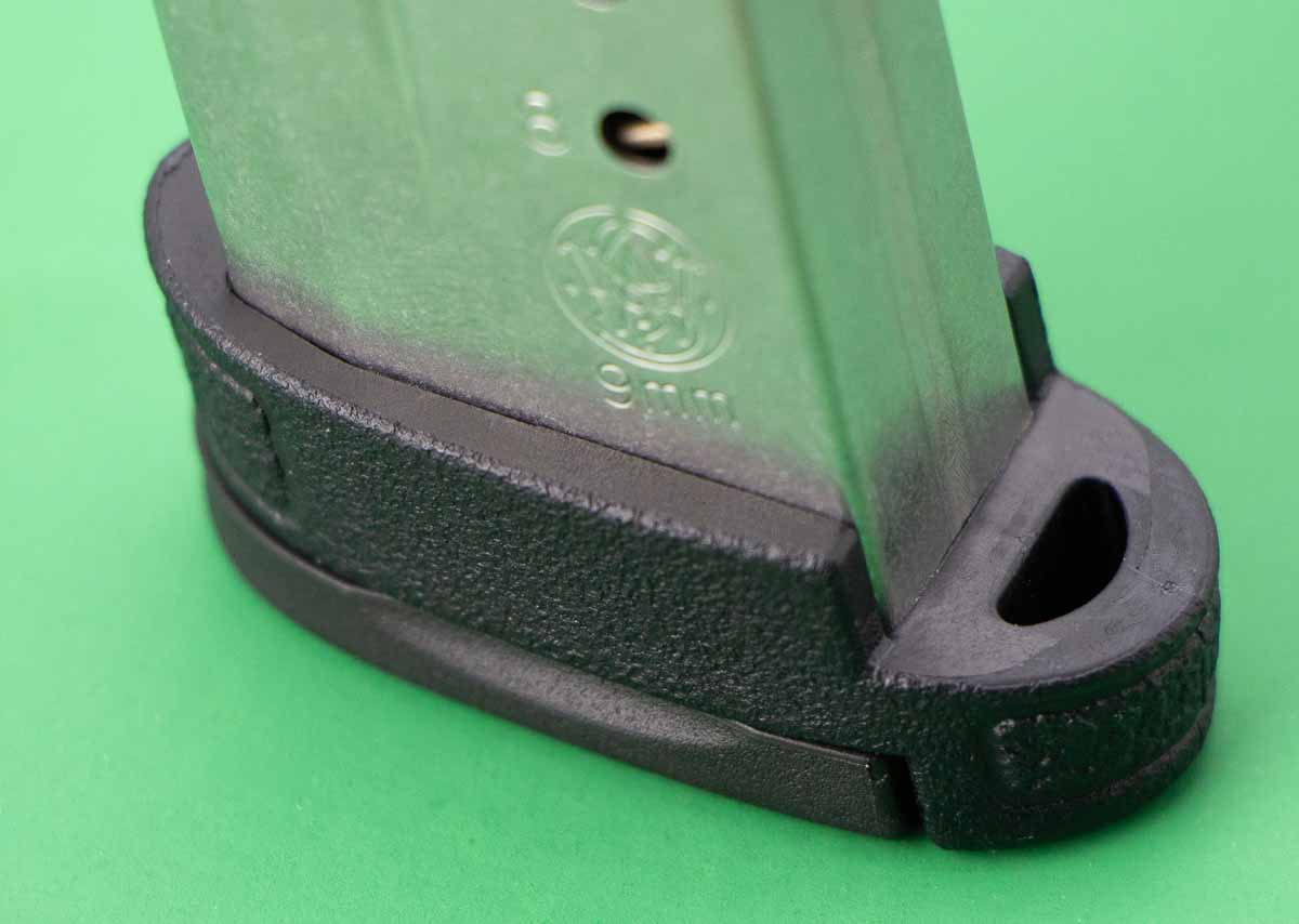 extended magazine floorplate on the 9mm shield